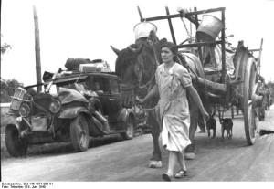 Die Flüchtlingswagen sind hoch beladen mit den wenigen Habseligkeiten. Frankreich, bei Gien. 19.6.1940